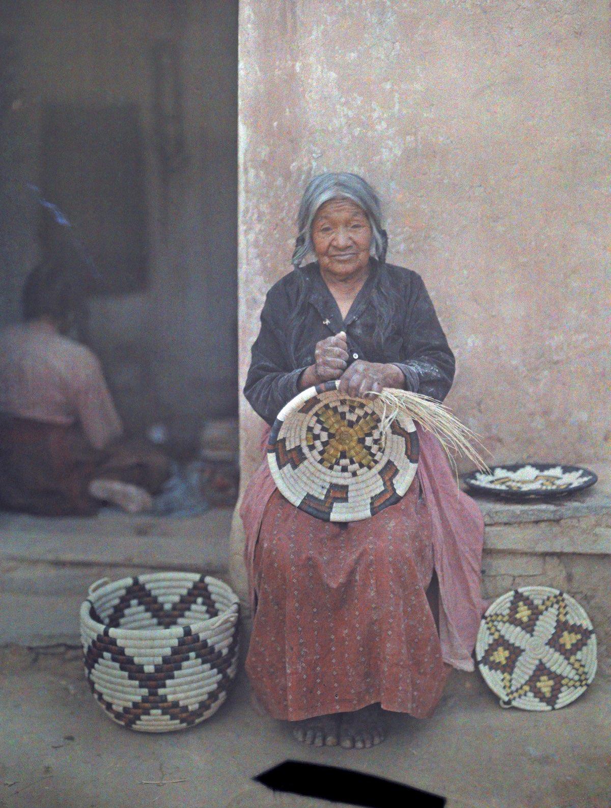 1916. Женщина из индейского народа хопи плетет корзину