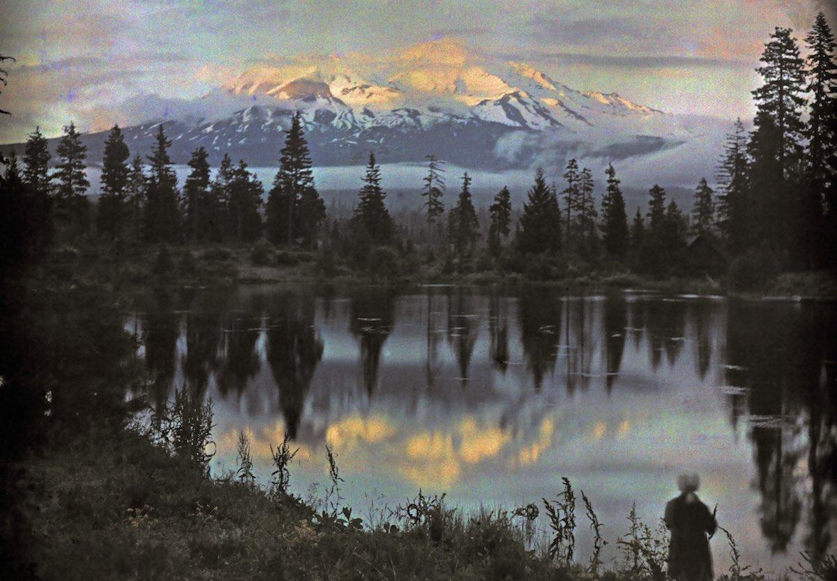 1916. Гора Шаста в Калифорнии и женщина на краю пруда. Франклин Прайс Нотт
