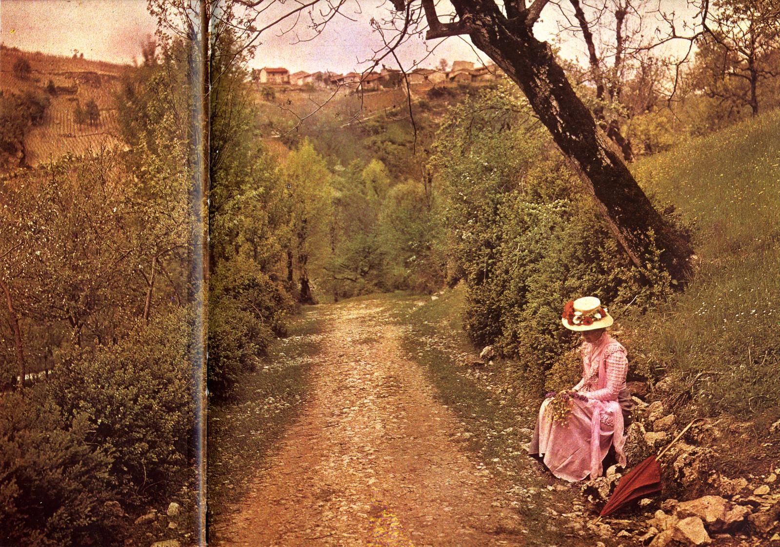 1906. Женщина на обочине дороги