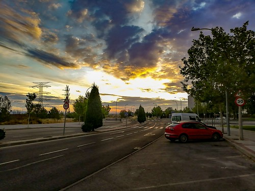 amanecer sunrisecolors sunrays rayosdesol sunrise street calle nubes cloudysky clouds trees arboles jothagacia 2019 agosto august huawei coches cars