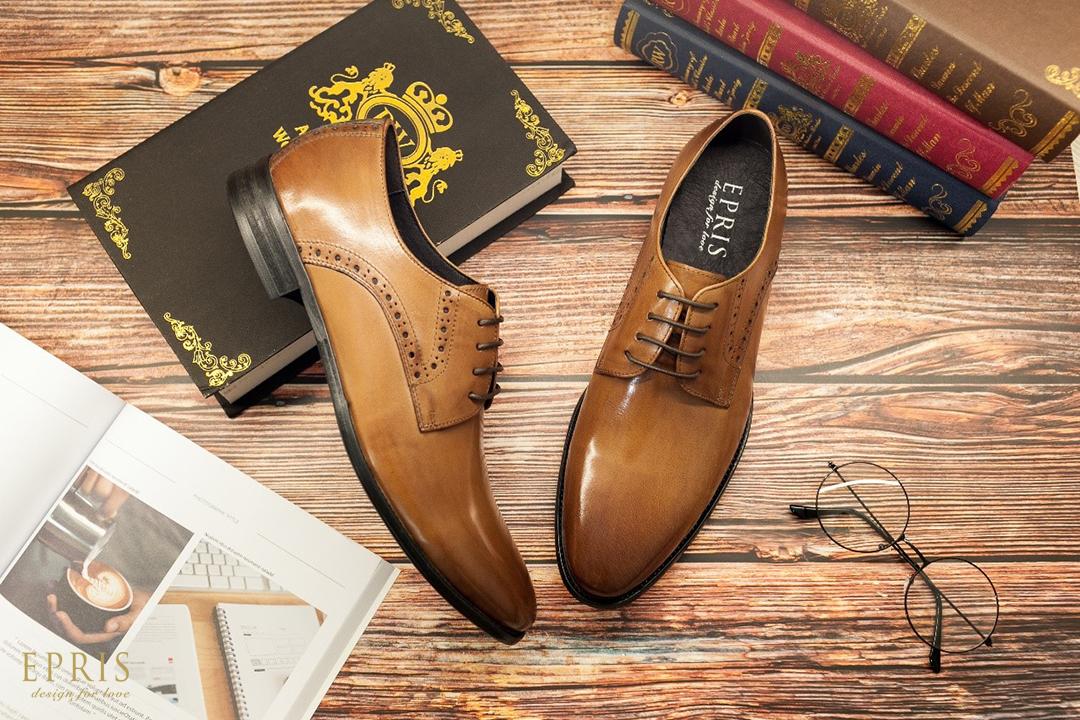 咖啡色皮鞋