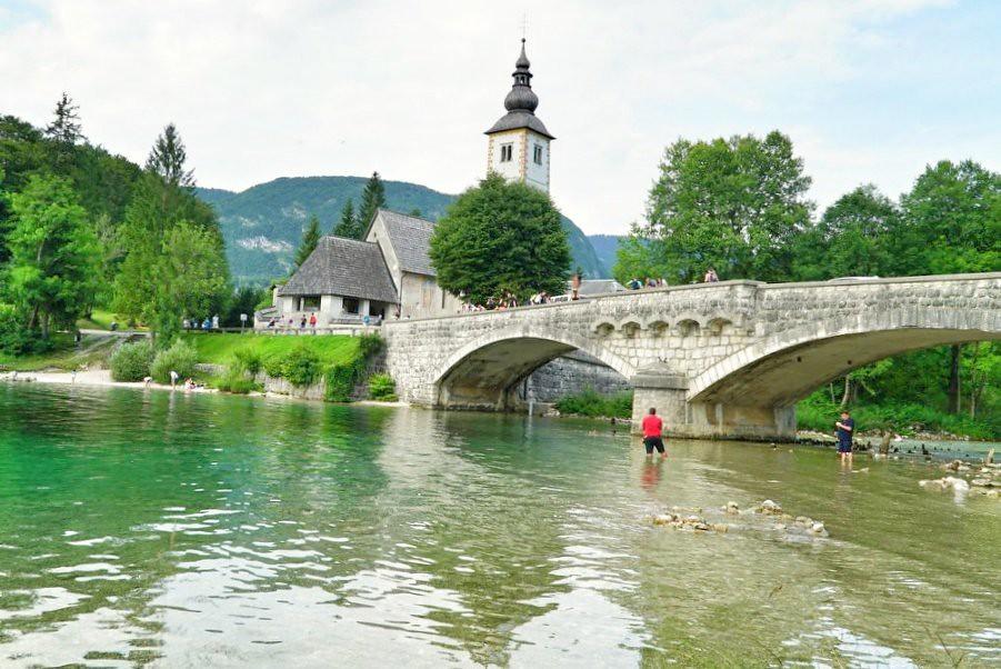 Bohinj-järven sillalta ei saa kalastaa, mutta sen alla se on sallittua.