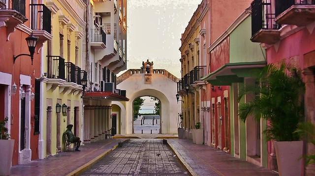 MEXICO, frühmorgens in Campeche , Tor zur Uferpromenade, , 19183/11849