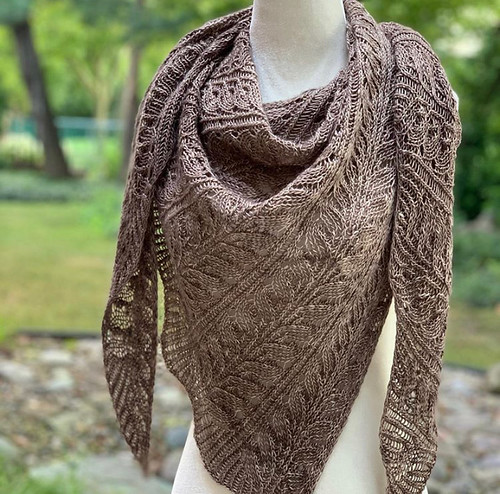 Another amazing test knit shawl knit by JChan8! This one is The Beanstalk Shawl by @baroquepurls.