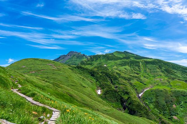 キスゲ咲く木道から新山と外輪山