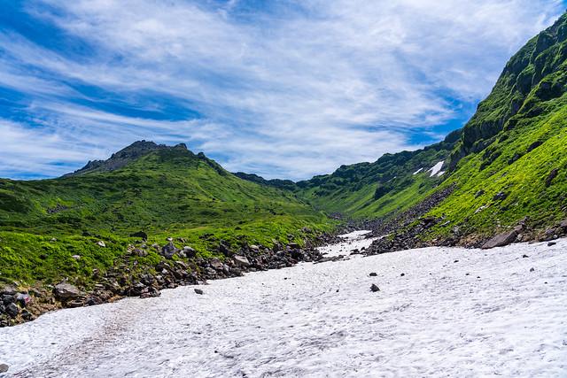 千蛇谷の雪渓と外輪山、新山