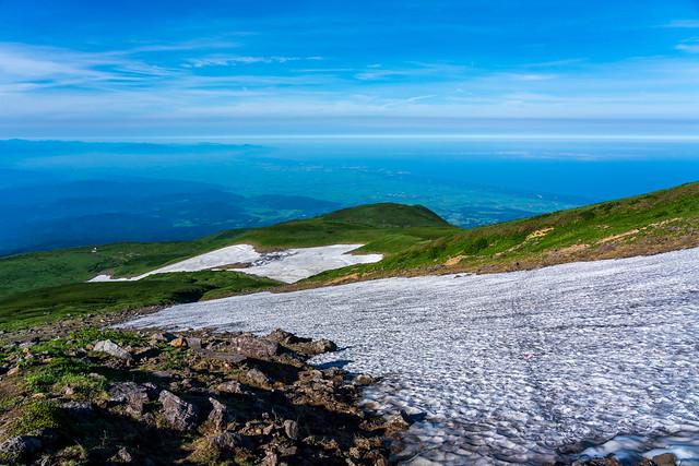 小雪渓を横断して振り返る、、日本海が見える