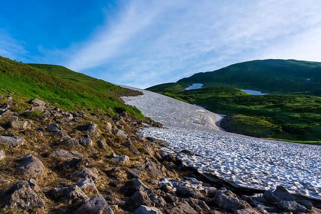 大雪渓の左端を登っていく