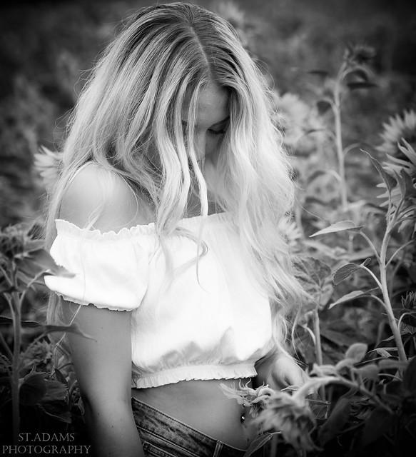 Sarah im Sonnenblumenfeld