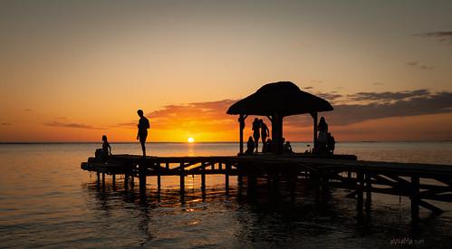 indianocean mauritius flicenflac sunset orange steg jetty silhouette ocean sea seascape water reflection evening sun horizon sky people holydays reise travel travelphotography nikond800 tripod wolmar