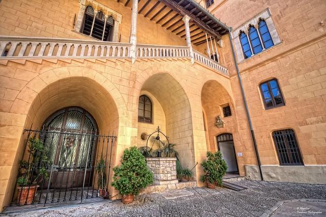 Arcs apuntats baix l'escala principal. Palau Ducal de Gandia