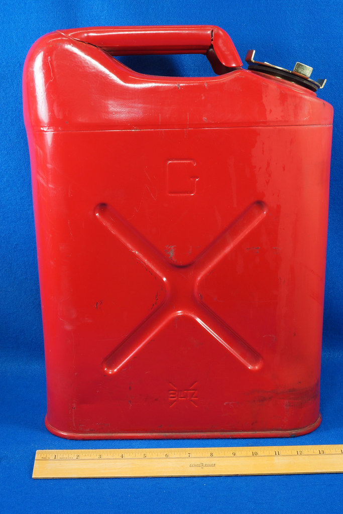 RD28979 1999 Blitz 5 Gallon Jerry Can Gas Can & Holder DSC01260