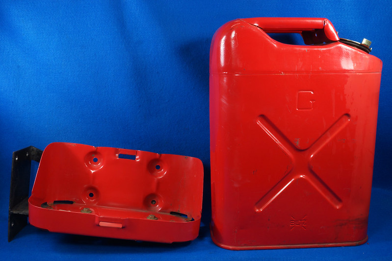 RD28979 1999 Blitz 5 Gallon Jerry Can Gas Can & Holder DSC01257