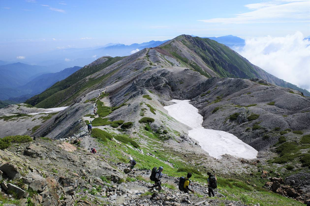 白馬岳 雪が残る夏の稜線
