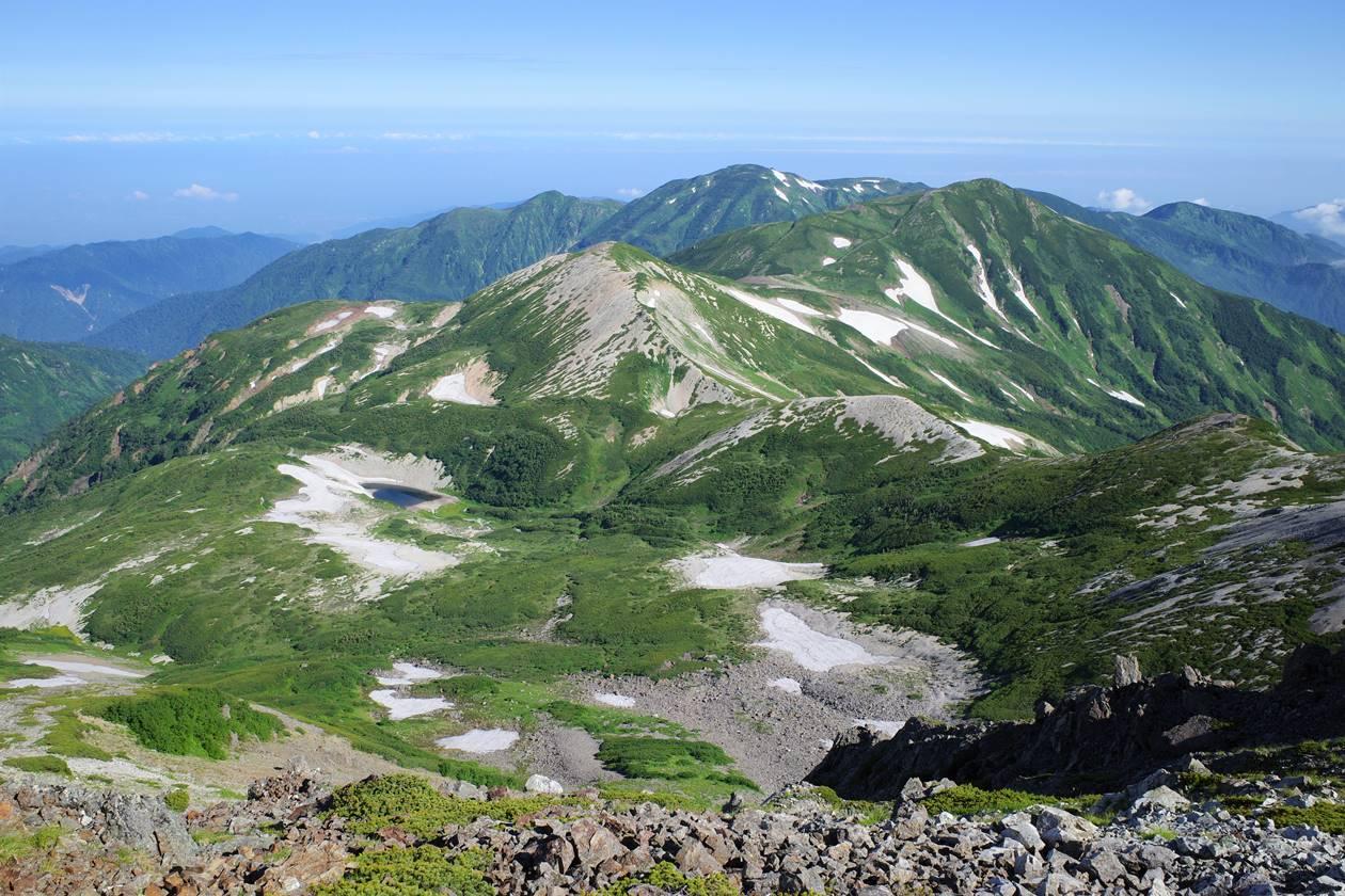 雪倉岳~朝日岳と長池の湿原風景
