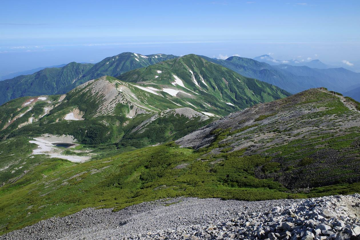 白馬岳から眺める雪倉岳~朝日岳の稜線