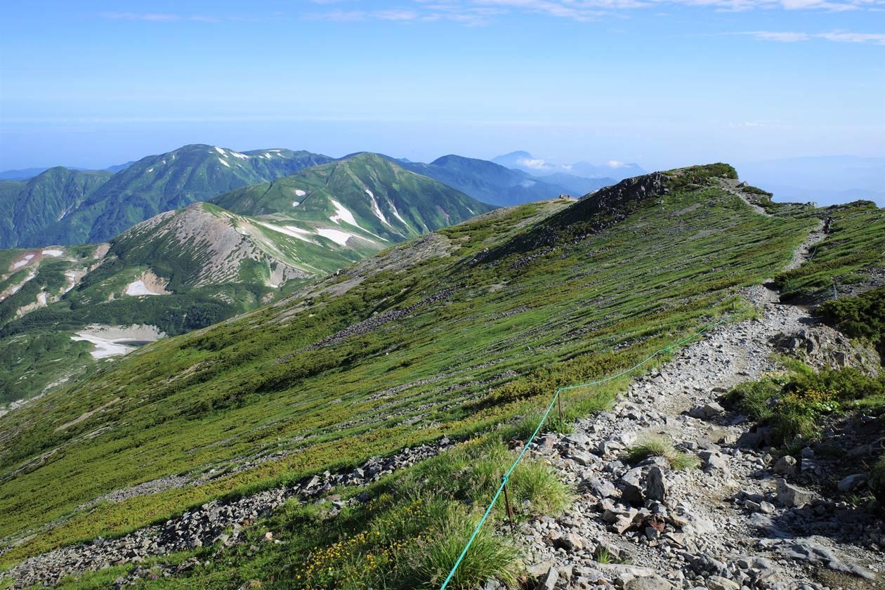 白馬岳から眺める稜線と雪倉岳~朝日岳