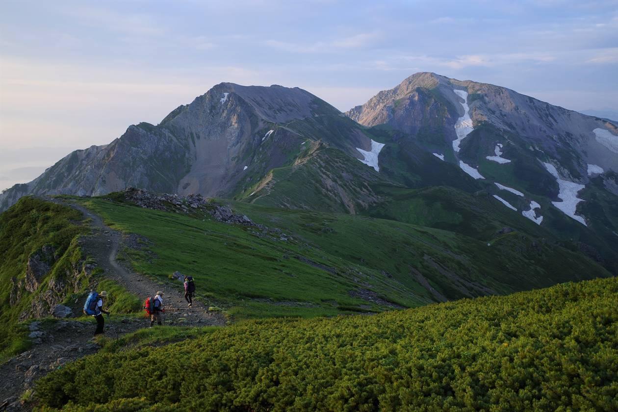 杓子岳~鑓ヶ岳へと向かう登山者