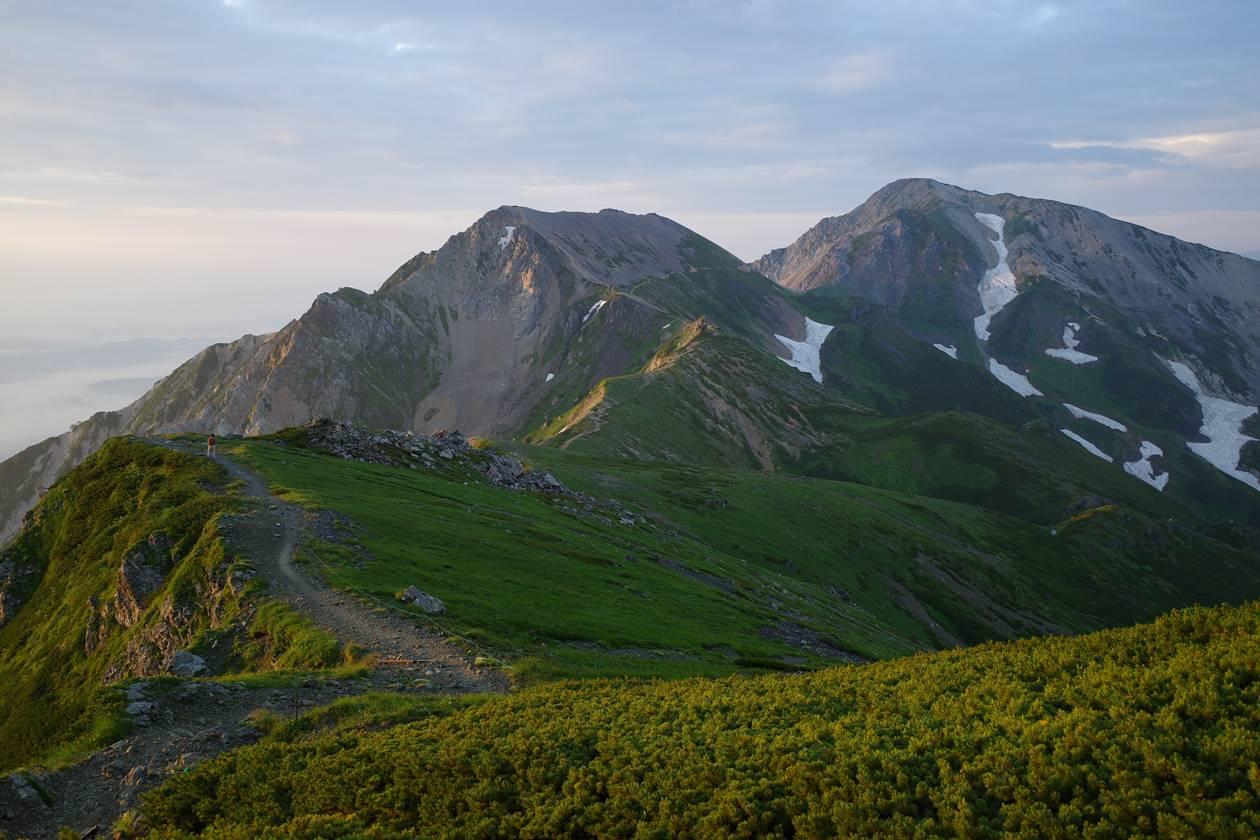 朝日に染まる杓子岳~鑓ヶ岳