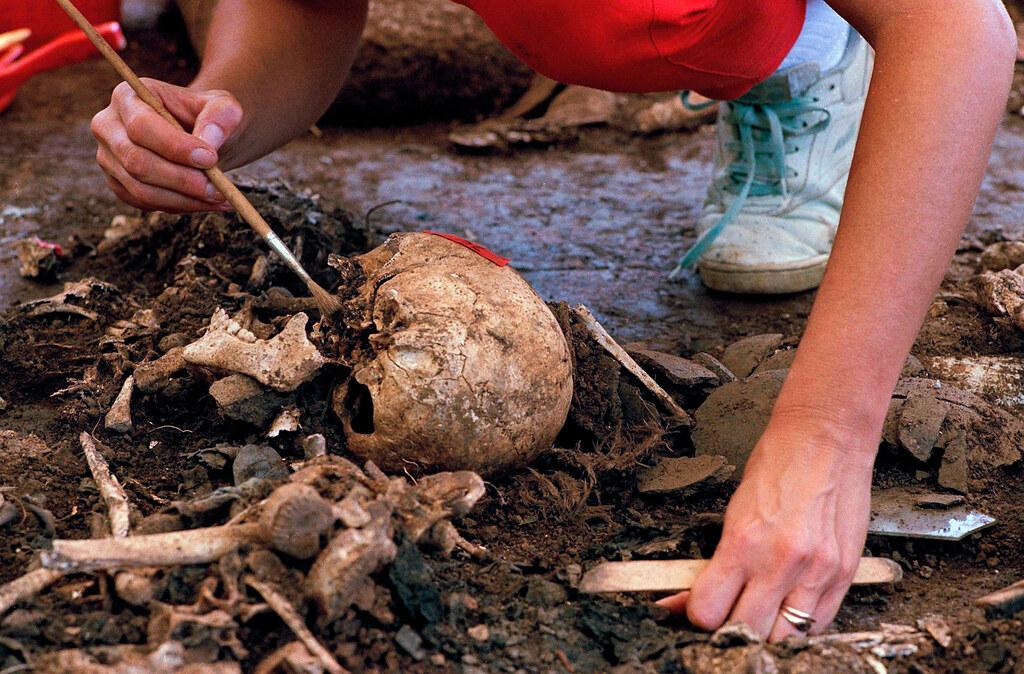 人類學家清理厄爾蒙左提村挖出的頭顱。(圖片來源:Michael Stravato/AP)