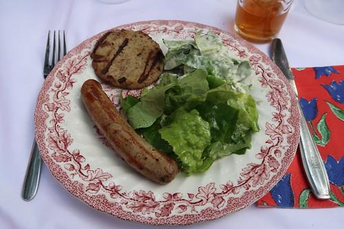 Entenbrät-Pattie und Gänsebratwurst zu grünem Salat