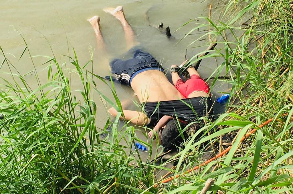6月24日,馬蒂內茲與近兩歲的女兒瓦萊里婭的屍體在墨西哥的格蘭河河岸被發現。(圖片來源:Julia Le Duc/AP)