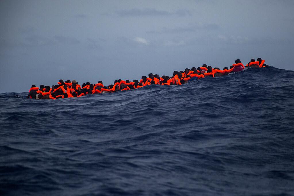 距離利比亞海岸約15英里,欲進入義大利的難民於地中海中等待救援。(圖片來源:anti Palacios/AP)
