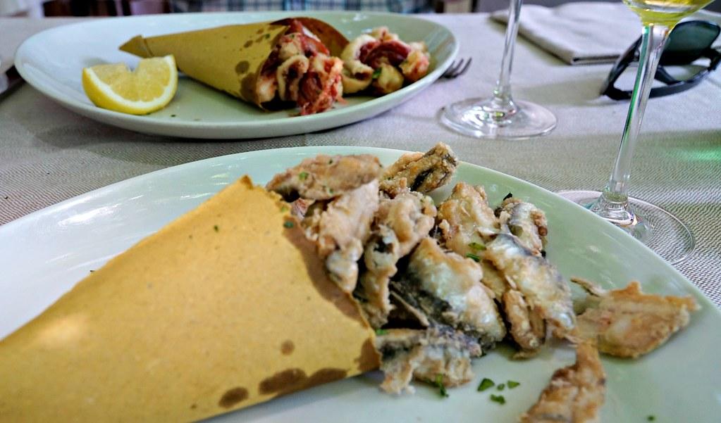 Friteerattuja sardiineja ja mustekaloja