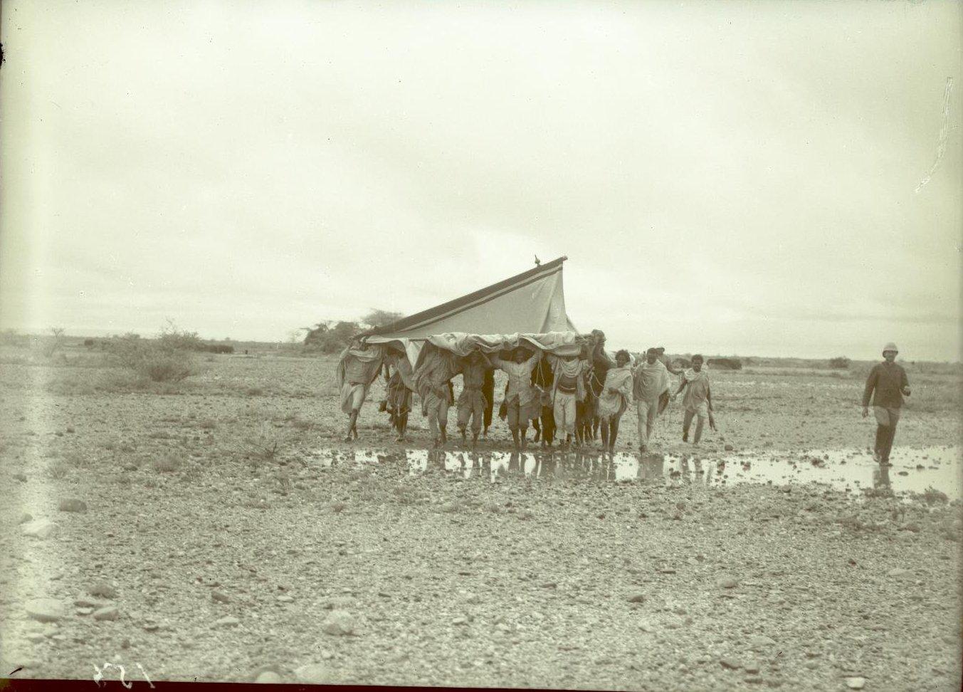 130. В сомалийской пустыне. Гагочине. Перенесение палаток