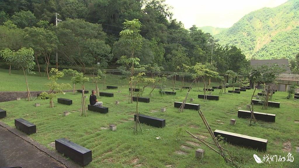 小林村紀念公園的一張長椅,代表一個罹難家庭,坐在屬於自家的椅子上,王民亮不再只是一個人。