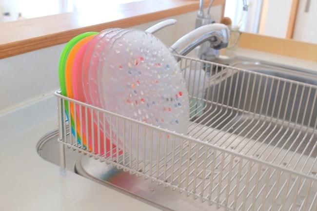 お皿が立つ燕三条製の水切りカゴ