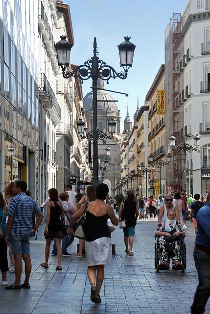 gente en la Calle Alfonso I (Zaragoza)