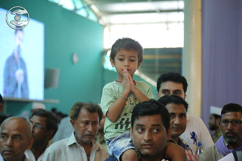 Child devotee thanking Mata Ji