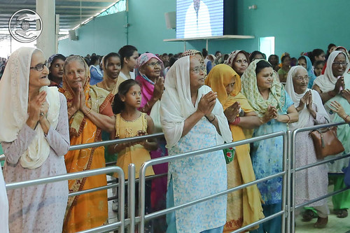 Devotees expressing their gratitude to Satguru
