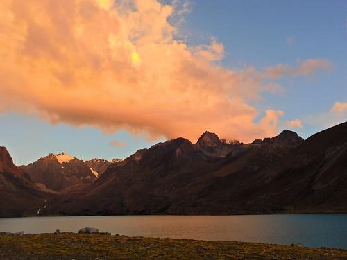andes perú cordilleravilcanota atardecer sunset lagunasingrenacocha cusco trekking backpacking