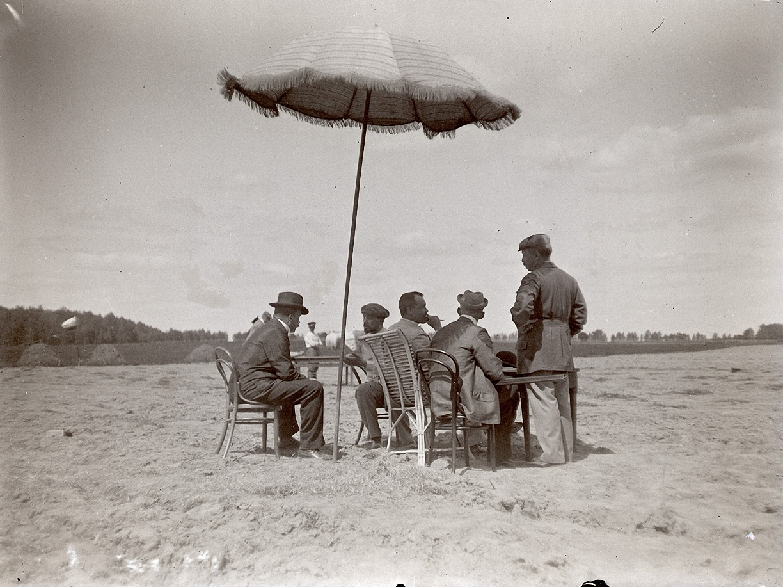 18. 1898. 14 июня. Стрельбы в Киреево. Мужчины у столика секретаря