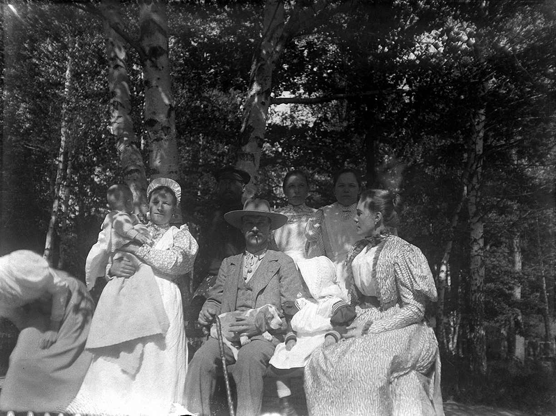 14.1898. 25 мая. Василий Альфредович Саутам с супругой Александрой Карловной и домочадцами. Химкинская станция