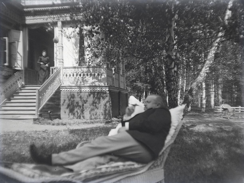 13. 1898. 25 мая. В саду на кушетке. На крыльце женщина (Т. И. Живаго). Химкинская станция.