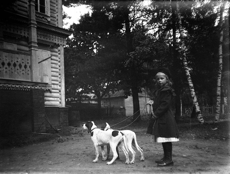 08. 1898. Наталия Живаго с собаками