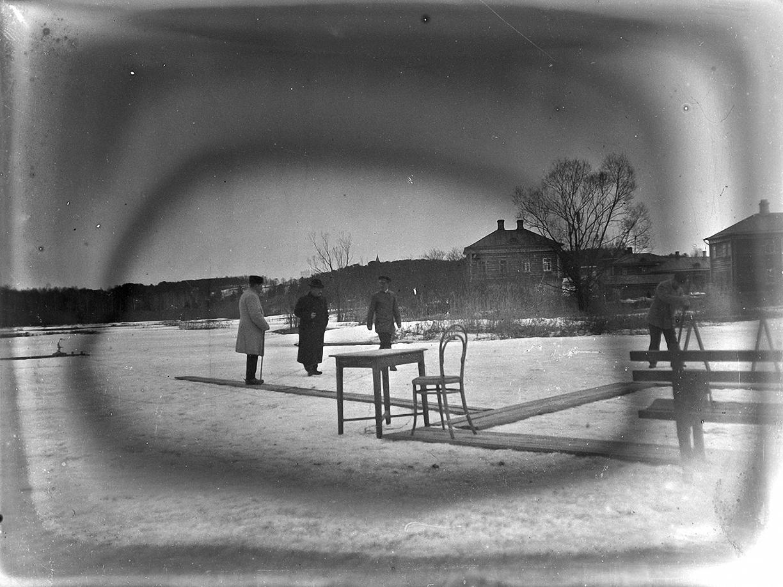 02. 1898. 8 апреля. Стрельбы в Ерышевке. Усадьба И. К. Генке. Мужчины готовят стенд к соревнованиям по стрельбе.