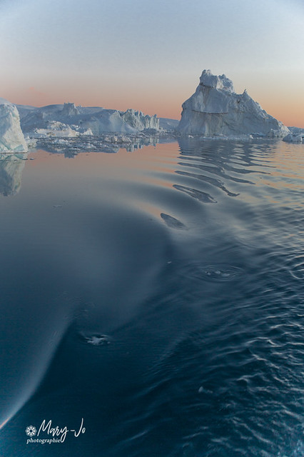 La jonction des ondes et de l'iceberg...  The junction of the waves and the iceberg ...