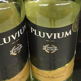 """Vino """"Pluvium"""" Mis alumnos también me envían #referentesclásicos 😋 @davidjaen__ #losreferentesdemisamigossonmisreferentes #yoconozcomiherencia"""