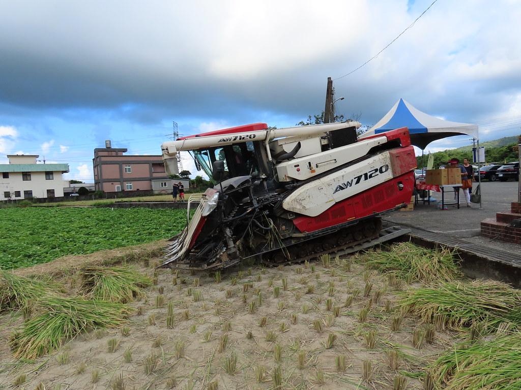 割稻機走樓梯到田間採收。攝影:廖靜蕙