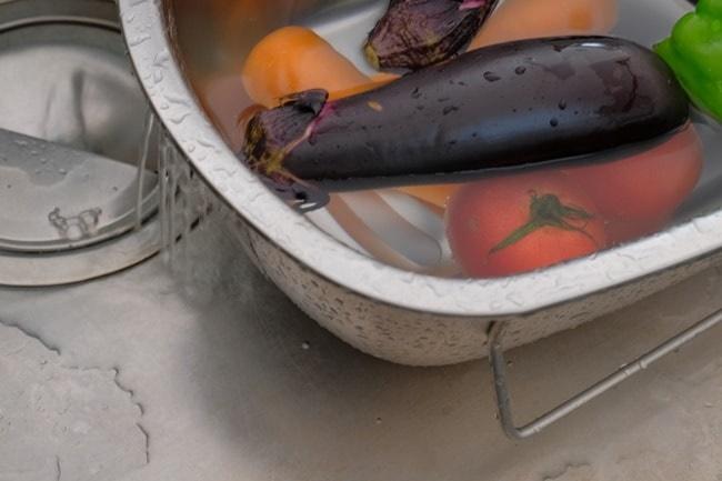 立つ洗い桶の水切り穴