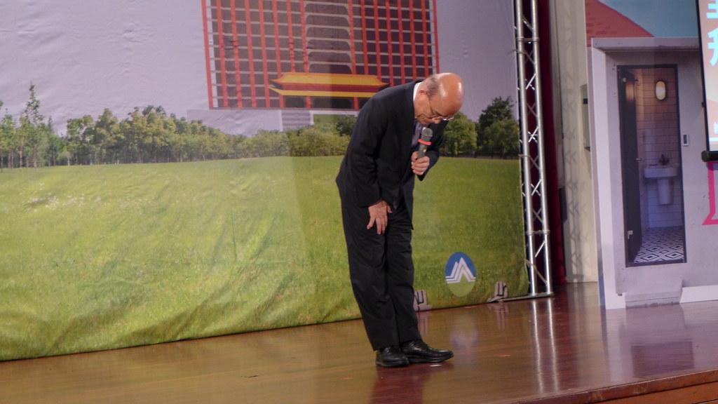 行政院長五度向台下的清潔隊同仁鞠躬表達謝意。孫文臨攝