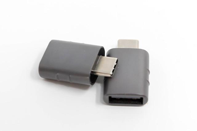 Grauer USB-Adapter von Syntech, für USB-C und USB-OTG auf einem weißen Tisch