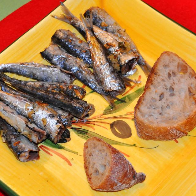 August 2019: Gegrillte Sardinen, grüne Bohnen, leicht tomatisiert mit Oliven ... In jedem Gang war Knoblauch zu finden. Die Sardinen waren gefüllt und eingerieben damit, die grünen Bohnen schwammen in einer leichten Knoblauch-Tomaten-Sauce ... Foto: Brigitte Stolle