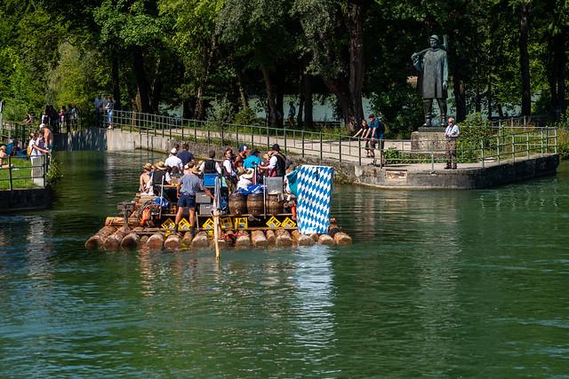 Isar Floß vor dem Flößerdenkmal