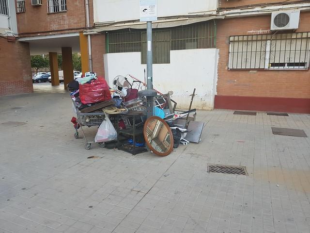 Acumulación de basura y chatarra en la barriada Federico García Lorca