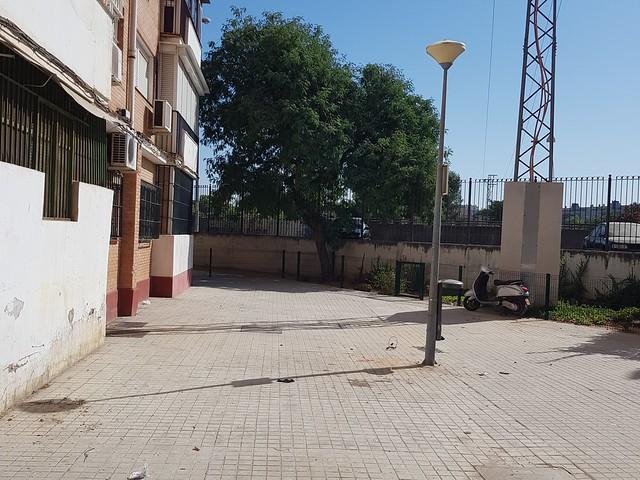 Limpieza de basura y chatarra en la barriada Federico García Lorca
